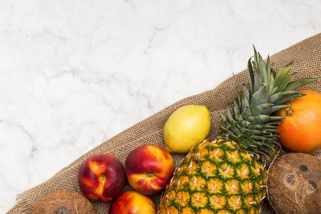 Fruta exótica no espaço de serapilheira e cópia Foto gratuita