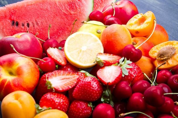 Fruta fresca na mesa de madeira Foto Premium