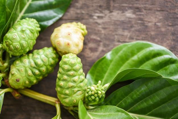 Fruta noni - folha noni madura e crua fresca, great morinda ou morinda citrifolia Foto Premium