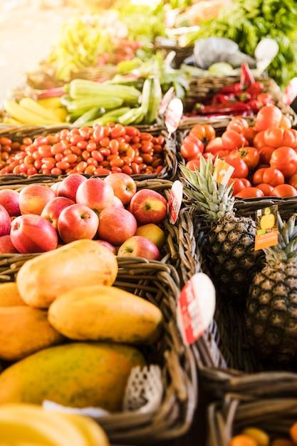 Fruta saborosa e vegetais orgânicos frescos organizar em linha na loja de mercado Foto gratuita