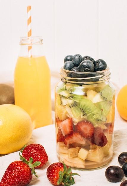 Fruta saudável vista frontal em uma jarra Foto gratuita