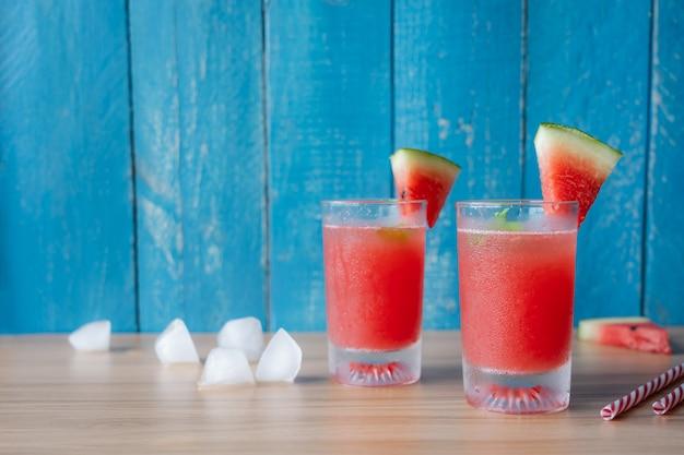 Fruta tropical com bebida com a primavera verão férias e conceito de fundo de férias Foto Premium