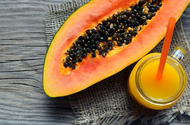 Fruta tropical fresca madura da papaia orgânica com um vidro do suco Foto Premium
