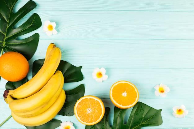 Fruta tropical verde e folhas Foto gratuita
