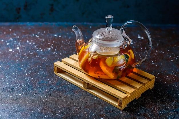 Frutas caseiras e chá de frutas vermelhas com hortelã. Foto gratuita
