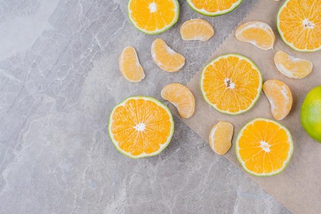 Frutas cítricas espalhadas na superfície da pedra. Foto gratuita