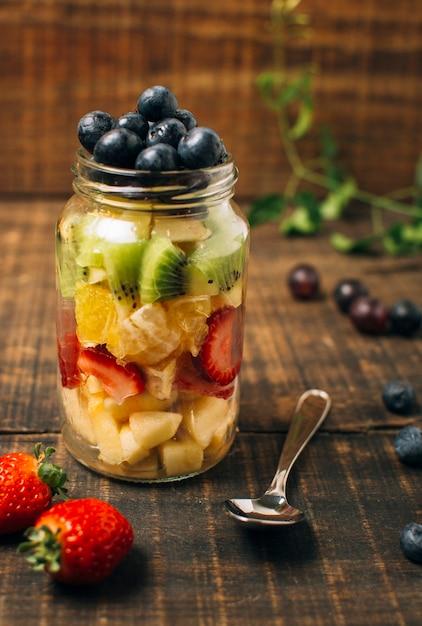 Frutas coloridas de vista frontal em uma jarra Foto gratuita