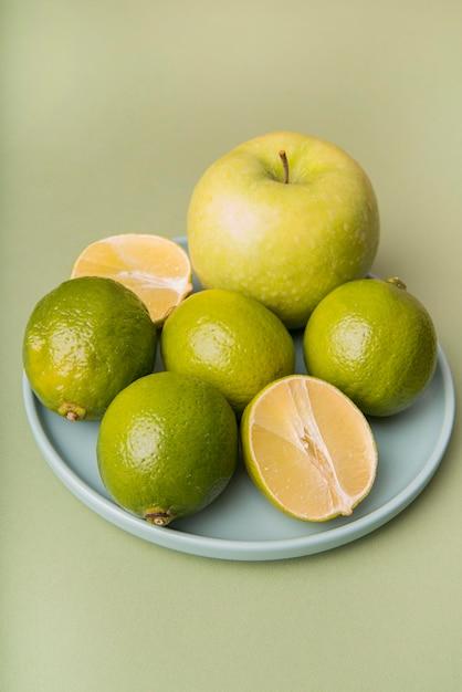 Frutas de alto ângulo verde no prato Foto gratuita