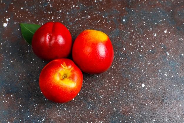 Frutas de verão: pêssegos de figo, nectarina e pêssegos, vista superior Foto gratuita