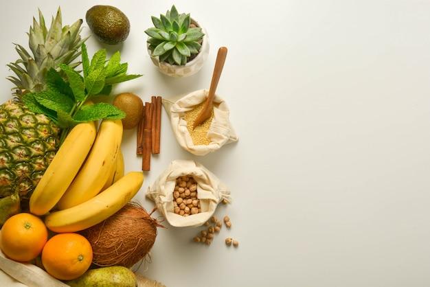 Frutas e cereais em sacos têxteis Foto Premium