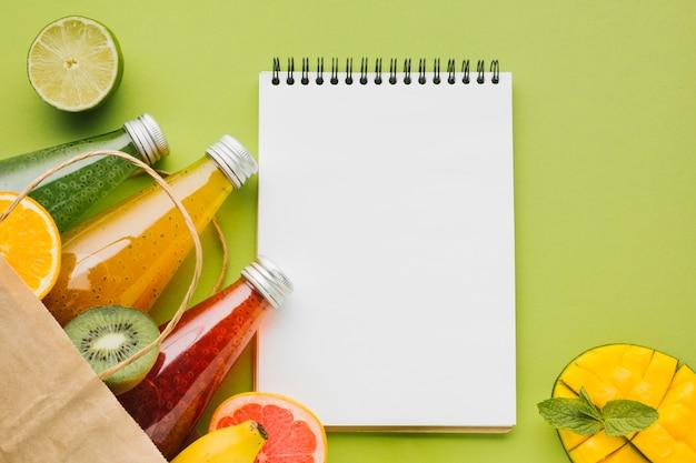 Frutas e sucos de verão com copyspace clipboard Foto gratuita