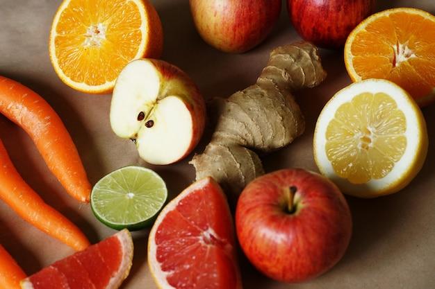 Frutas e vegetais colocados próximos uns dos outros Foto gratuita
