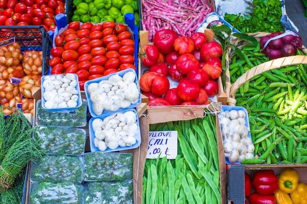 Frutas e vegetais em um mercado de agricultores Foto Premium