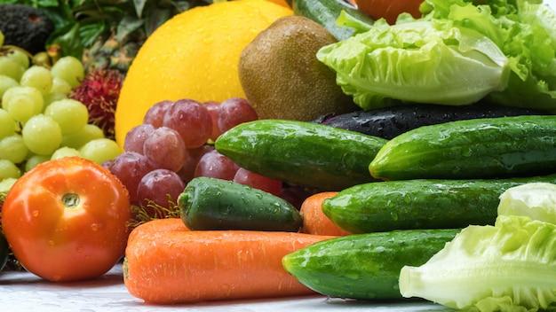 Frutas e vegetais frescos tropicais Foto Premium