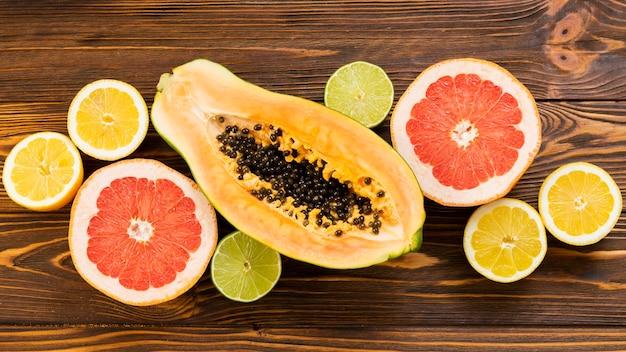 Frutas em fundo de madeira Foto gratuita