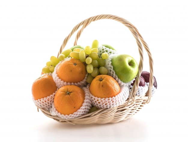 Frutas em uma cesta Foto gratuita