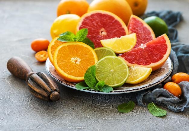 Frutas frescas cítricas Foto Premium