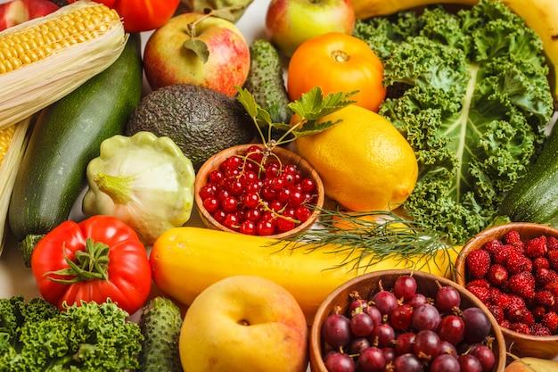 Frutas frescas coloridas, legumes e frutas. Foto Premium