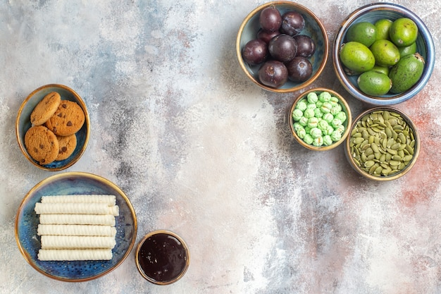 Frutas frescas com biscoitos Foto gratuita