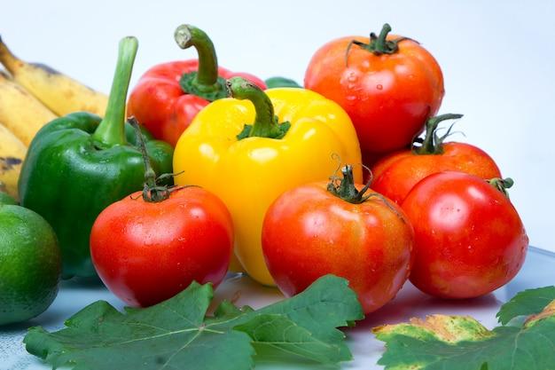 Frutas frescas e vegetais isolados no fundo branco Foto Premium