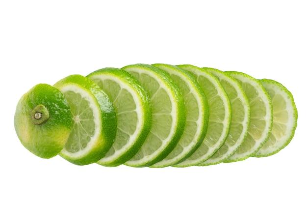 Frutas frescas fatiadas isoladas em branco Foto Premium