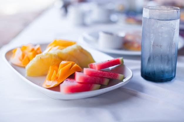 Frutas frescas na mesa para o café da manhã no hotel Foto Premium