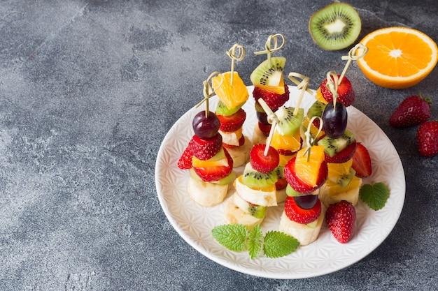 Frutas frescas no espeto. Foto Premium