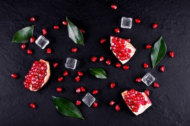 Frutas maduras de romã na mesa de madeira Foto Premium