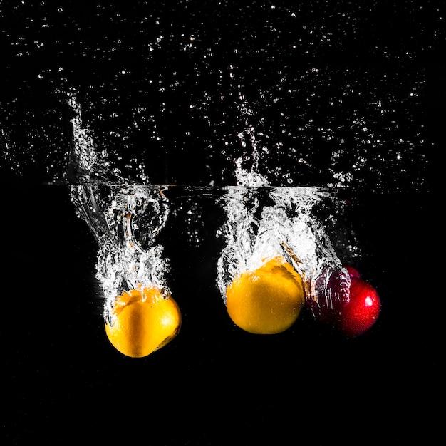 Frutas mergulhando na água Foto gratuita
