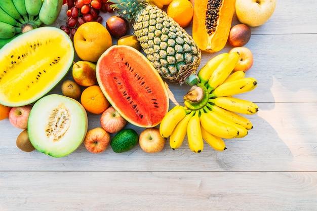 Frutas mistas com banana laranja e outras Foto gratuita