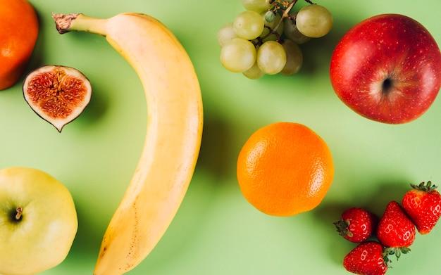 Frutas no fundo verde Foto gratuita