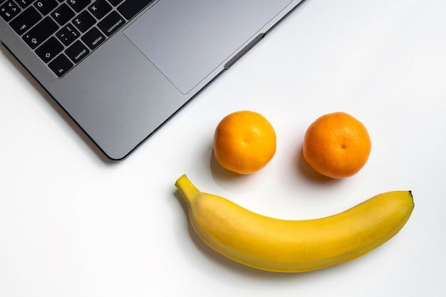 Frutas no local de trabalho. cara engraçada do sorriso com espaço da cópia. Foto Premium