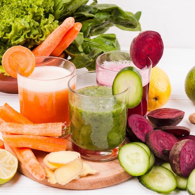 Frutas sortidas e legumes com suco Foto gratuita