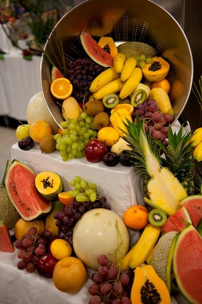 Frutas sortidas na cozinha do navio de cruzeiro silver shadow, mar da china oriental Foto Premium