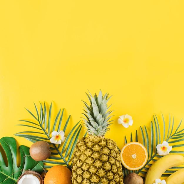 Frutas tropicais e plantas verdes Foto gratuita