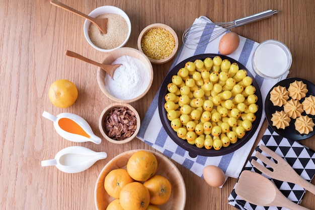 Frutos de imitação deletable, feijões de mung dados forma fruto, sobremesa tradicional tailandesa. Foto Premium