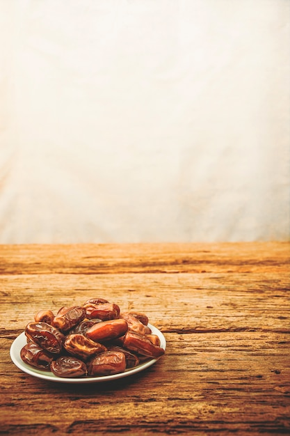 Frutos de tamareira ou kurma, ramadan comida, imagem estilo vintage Foto Premium