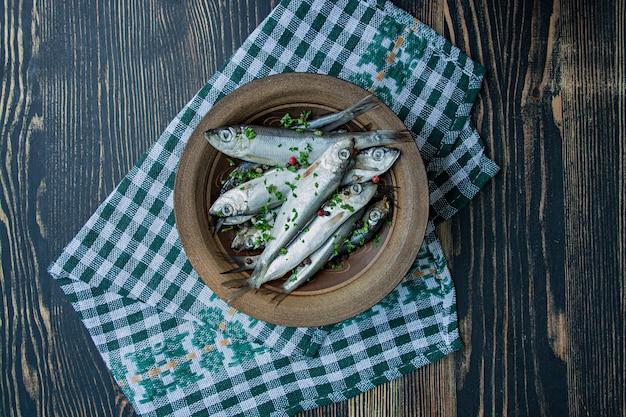 Frutos do mar arenque do báltico. peixes salgados dos arenques em ...