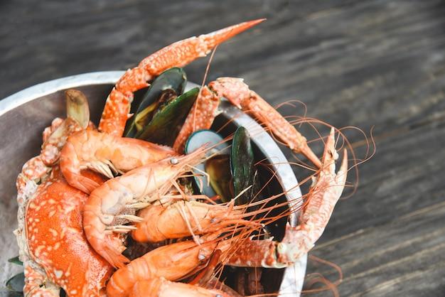 Frutos do mar em um balde Foto Premium