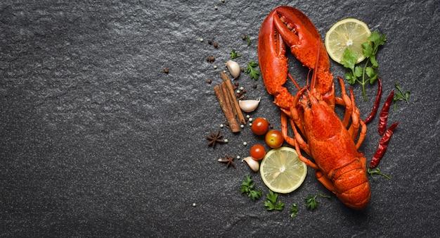 Frutos do mar lagosta vermelha com limão ervas e especiarias vista superior copyspace Foto Premium