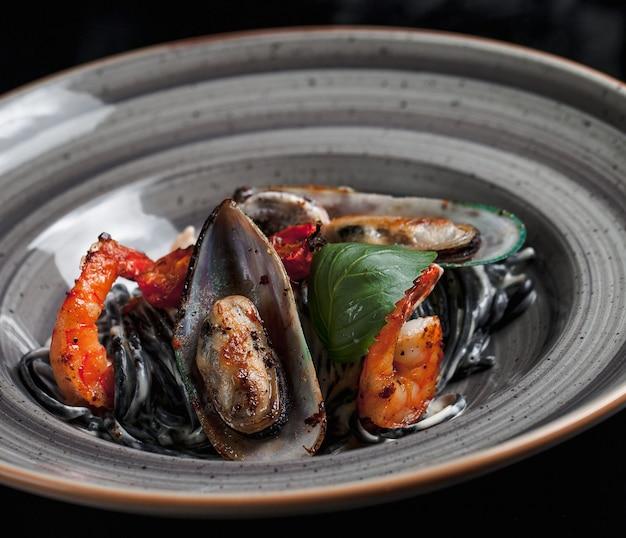 Frutos do mar salteados com mexilhões e caranguejos Foto gratuita