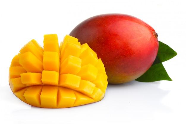 Frutos maduros de manga com fatias isoladas no branco Foto Premium