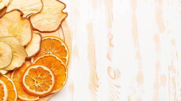Frutos secos em leito plano com cópia-espaço Foto Premium