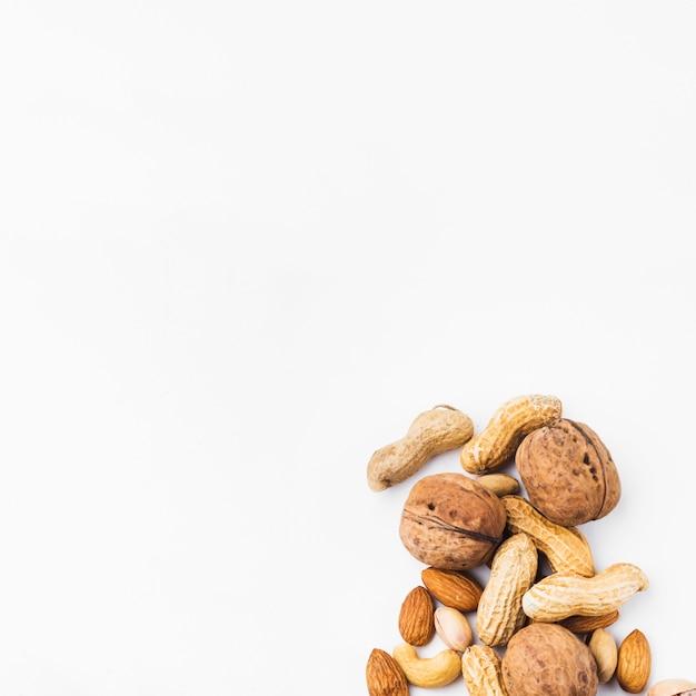 Frutos secos inteiros no fundo branco Foto gratuita