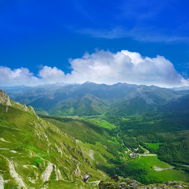 Fuente de montanhas na cantábria espanha Foto Premium