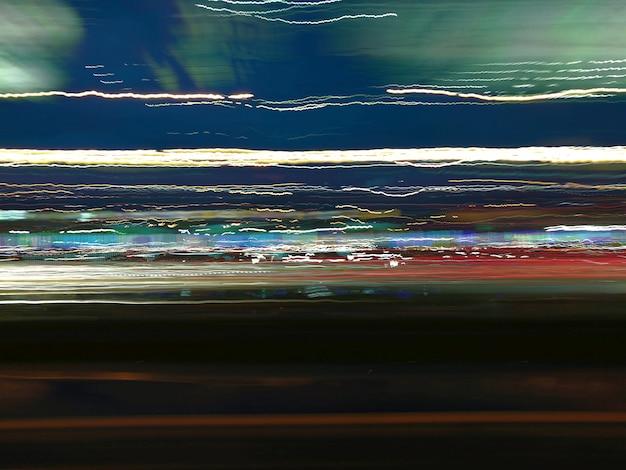 Fugas coloridas da luz da noite na rua Foto Premium