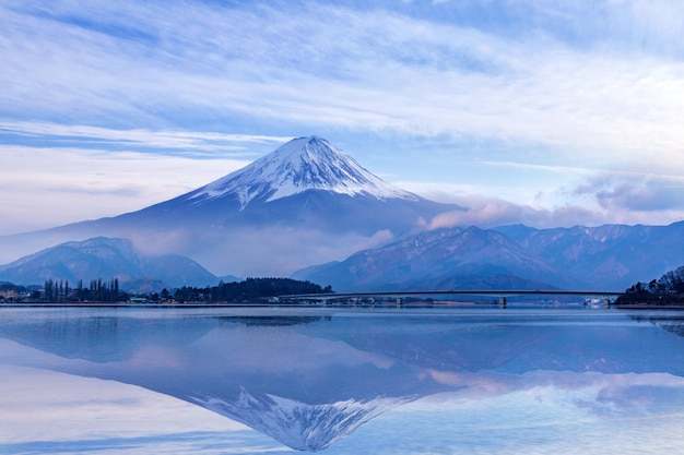 Fuji montanha no lago kawaguchiko, japão Foto Premium