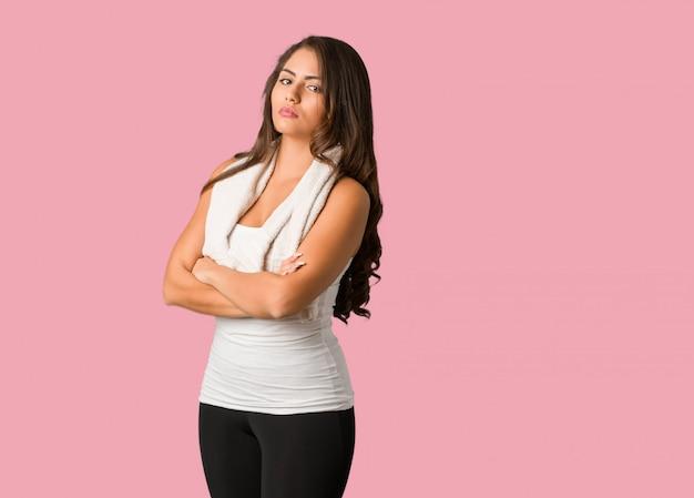 Full body fitness jovem mulher curvilínea olhando para a frente Foto Premium