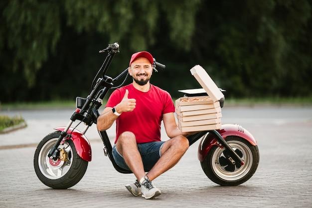 Full shot delivery guy mostrando aprovação Foto gratuita