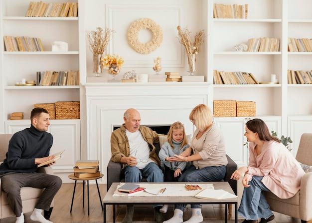 Full shot família feliz dentro de casa Foto Premium